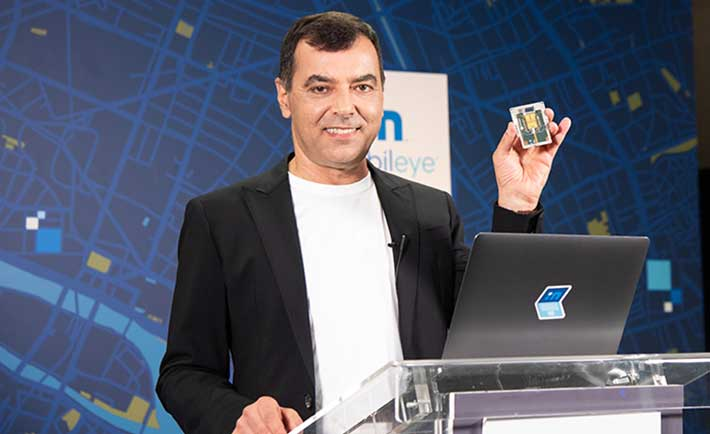 Amnon Shashua, CEO de Mobileye, muestra el el SoC Lidar previsto para 2025 en el CES 2021.